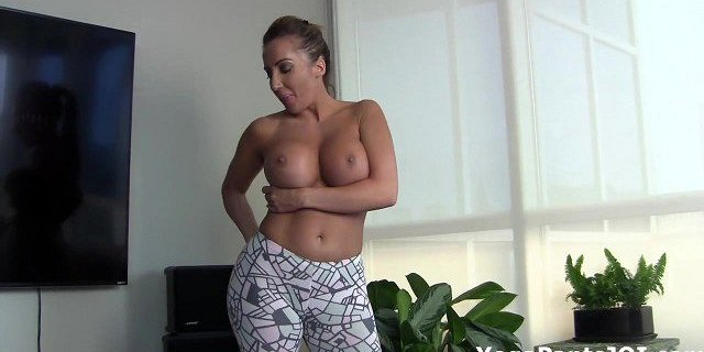 Richelle Ryan shakes her ass in yoga pants