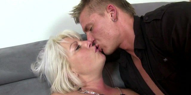 Sexy mature mom gets young cock into thirsty vagina