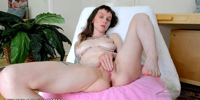 Hairy babe Finch Linden fingers till she cums