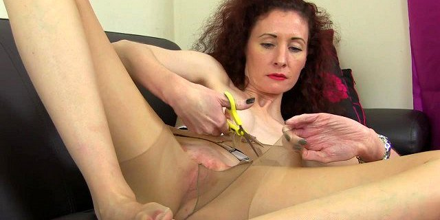 Skinny milf Scarlet from the UK gives her pussy a workout