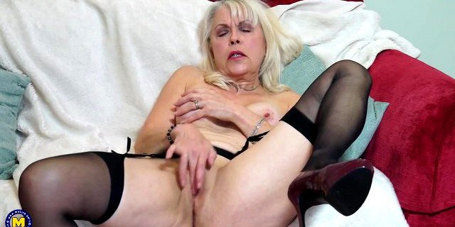 Sexy GILF feeding her wet hungry old cunt