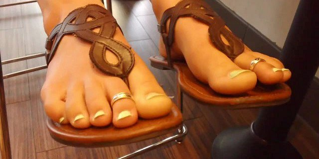 Candid Feet & Toes wiggling in a Coffee Shop