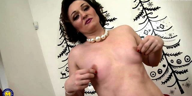 Amateur mature woman feeding her hungry twat