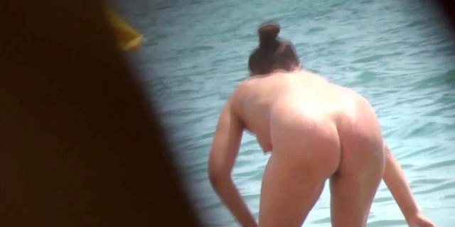 AMATEUR NUDE GIRLS IN BEACH SHOWING PUSSY NIPPLE 23