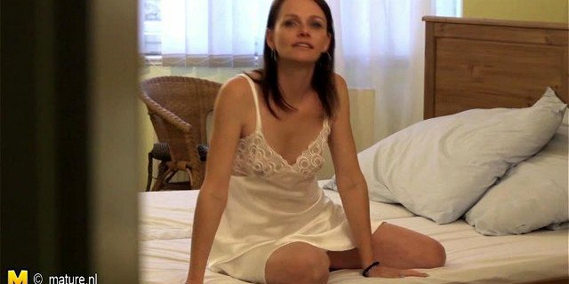Naughty housewife playing with her old cunt