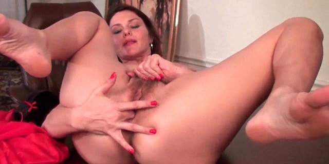 Mature milf gives her hairy pussy a workout