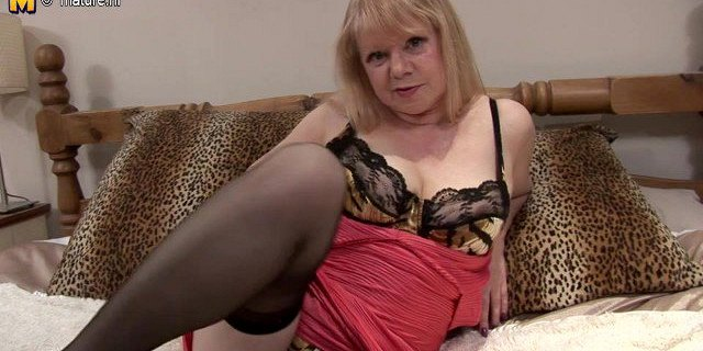 Old wild bitch mom grinding on the bed