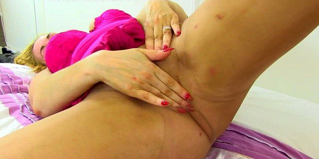 English milf Kimmy Cums pleasures her well used cunt