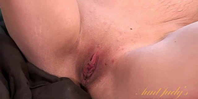 Brooklyn Moore squirts all over that toy