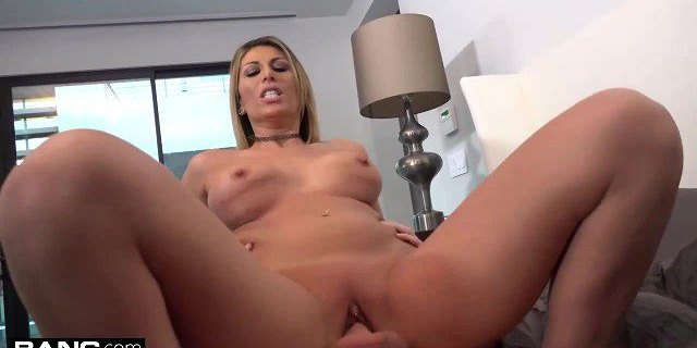 Makayla Cox surprises the delivery boy with a wet pussy