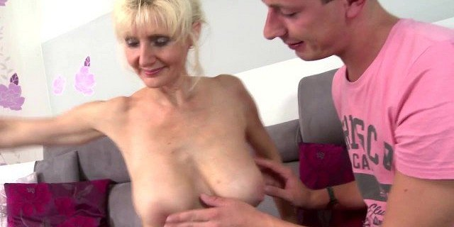 Willing redhead stepsis Kelsey Kage receives a big facial