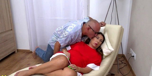 Mature chubby hairy mom gets cuni and hard cock