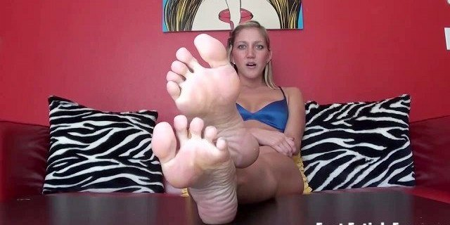 Quick Candid Pantyhose Feet Dipping and Legs Shoeplay