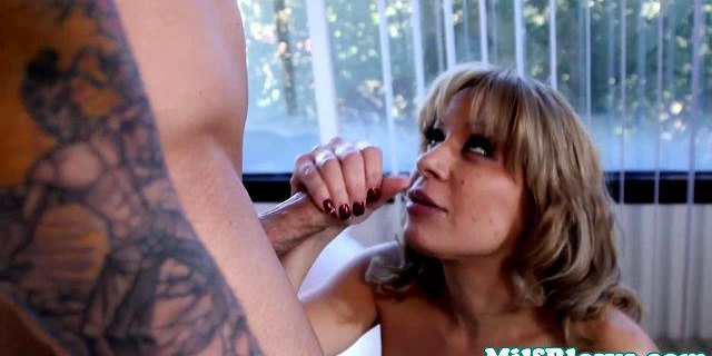 Bigtitted cougar fucking dick between boobs