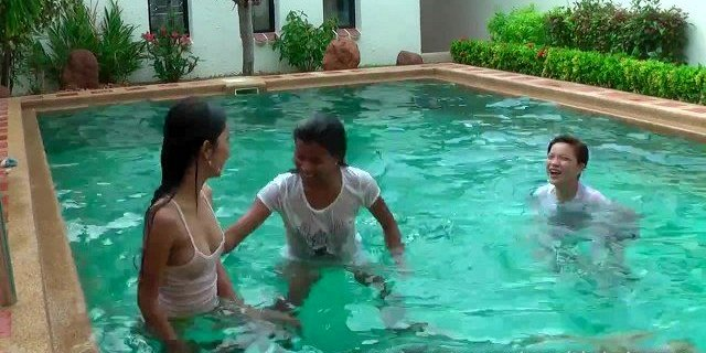 Lio, Mee and Nueng playing in the pool.